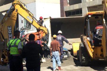 Una persona murió luego de que un camión cayera sobre su vehículo