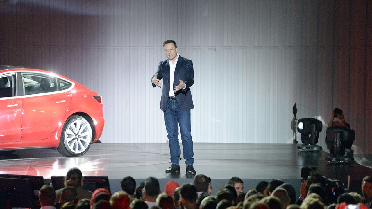 El empresario sudafricano trabaja en resolver los problemas que se le han presentado a su compañía para distribuir los carros eléctricos Model 3