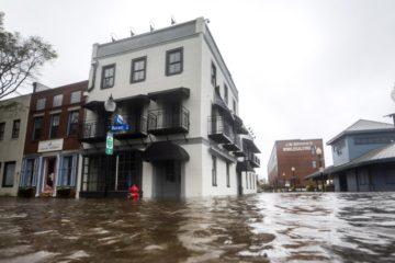 Florence deja 23 muertos en su avance por Carolina del Norte y del Sur
