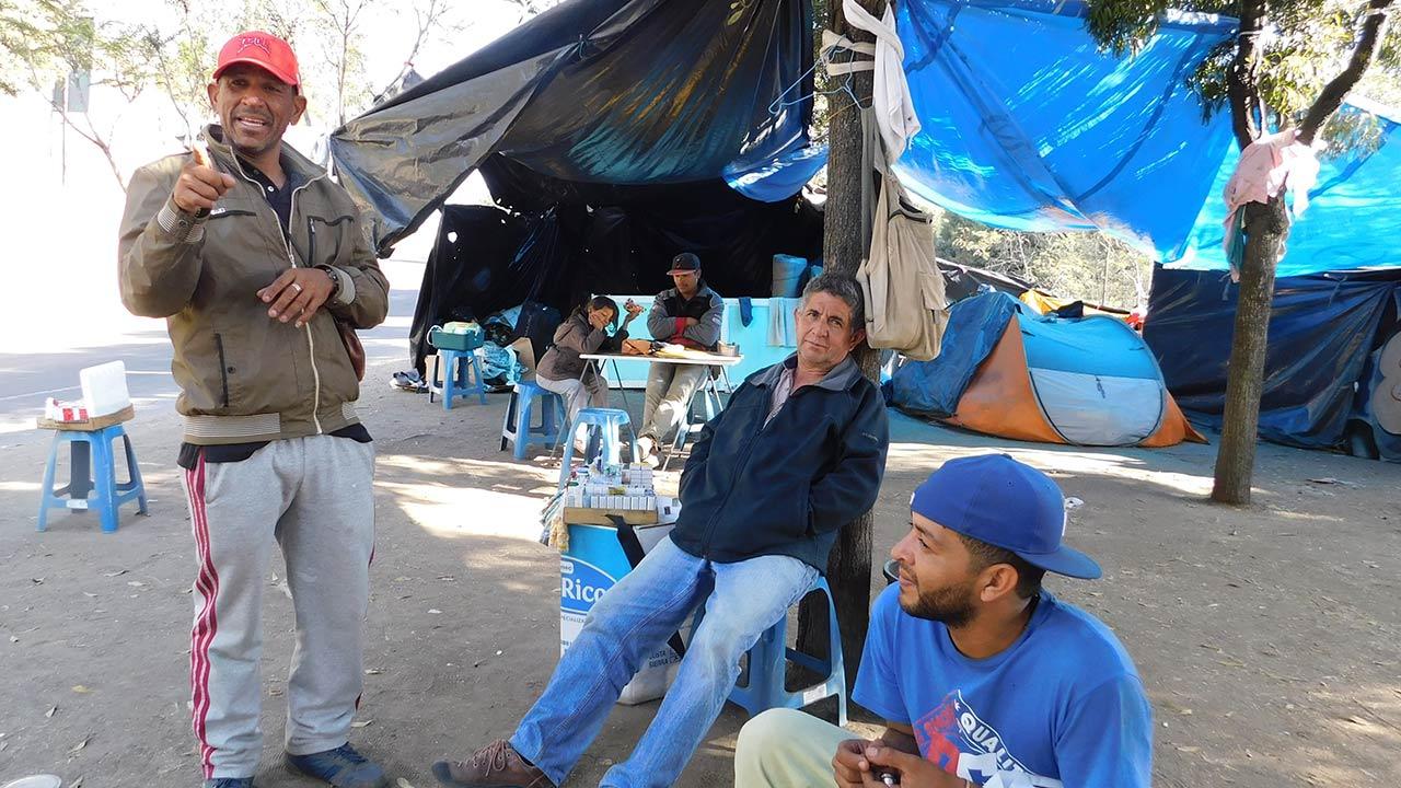 Julio César Mujica encabeza a un grupo de venezolanos que se sostienen contra viento y marea en un barrio al norte de Quito