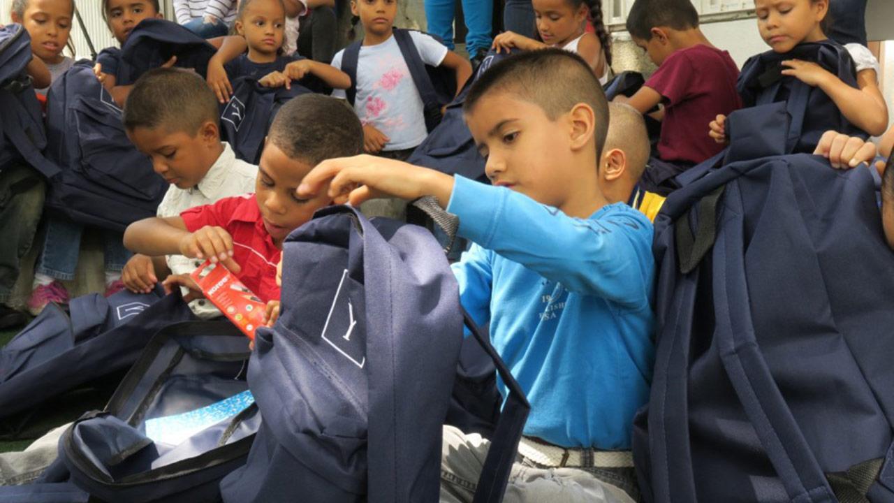 La organización entregó 100 kits escolares para ayudar a niños y jóvenes en riesgo social a comenzar con buen pie el venidero año escolar