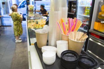 Italia prohibirá los platos, cubiertos y vasos de plástico