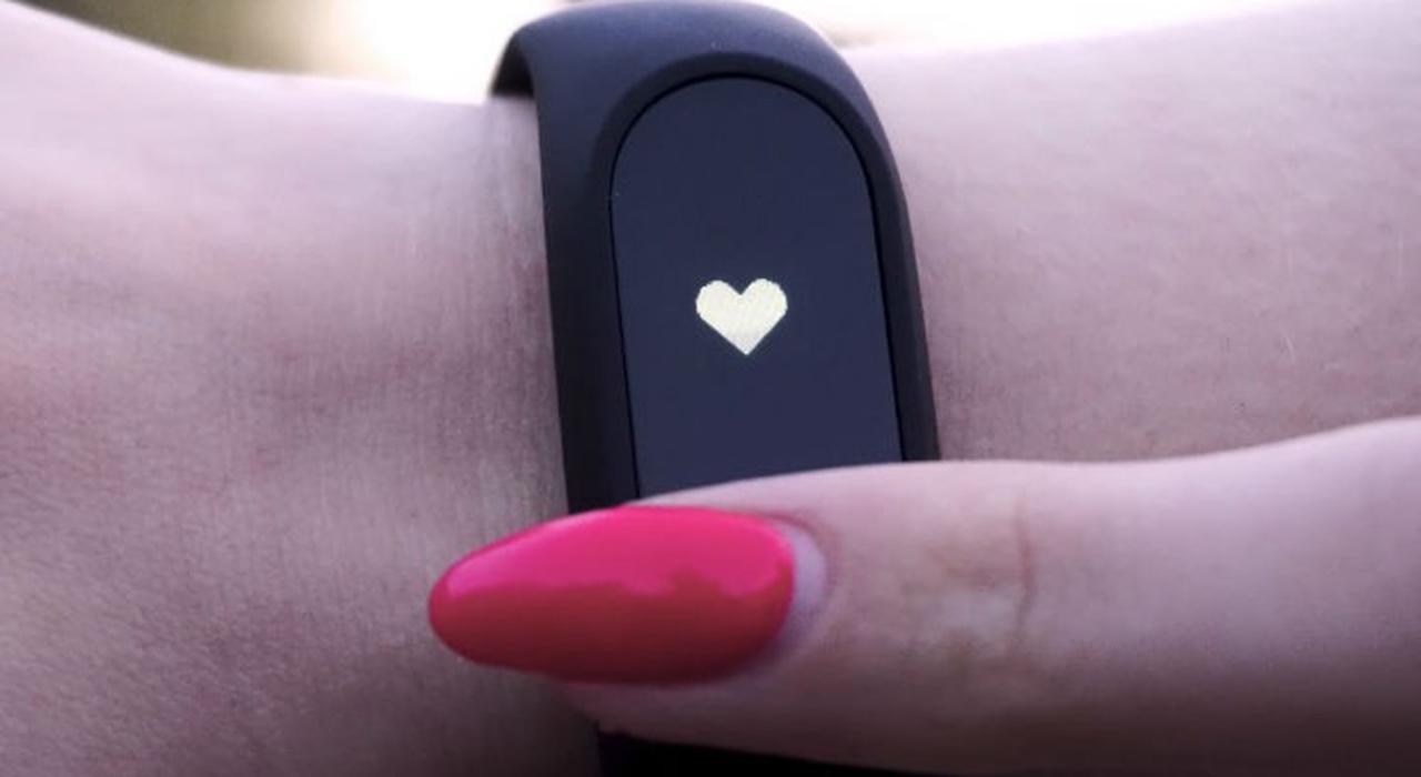 La información recolectada en el dispositivo se envía a una aplicación, la cual permite detectar los niveles de licor