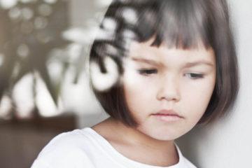 La especialista recomienda a los padres mantener contacto con docentes para conocer la conducta del pequeño