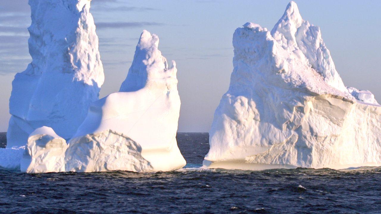 La masa de hielo flotante tiene forma de rectángulo perfectamente cortado