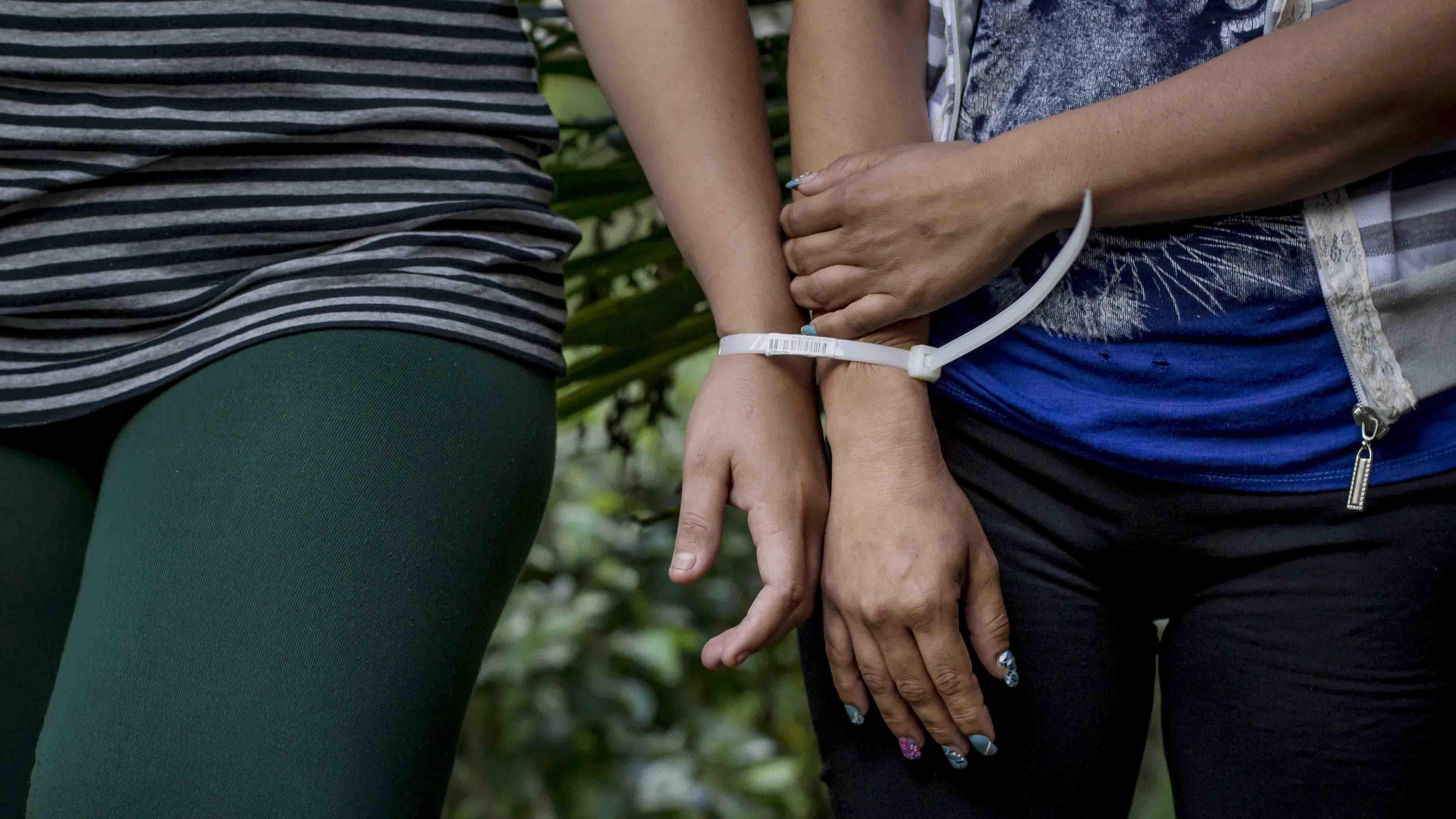 De acuerdo a las autoridades policiales, las mujeres fueron sorprendidas escondiéndose las prendas en un centro comercial
