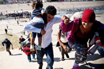 Migrantes rompen cerco policial mexicano para llegar a EE.UU.