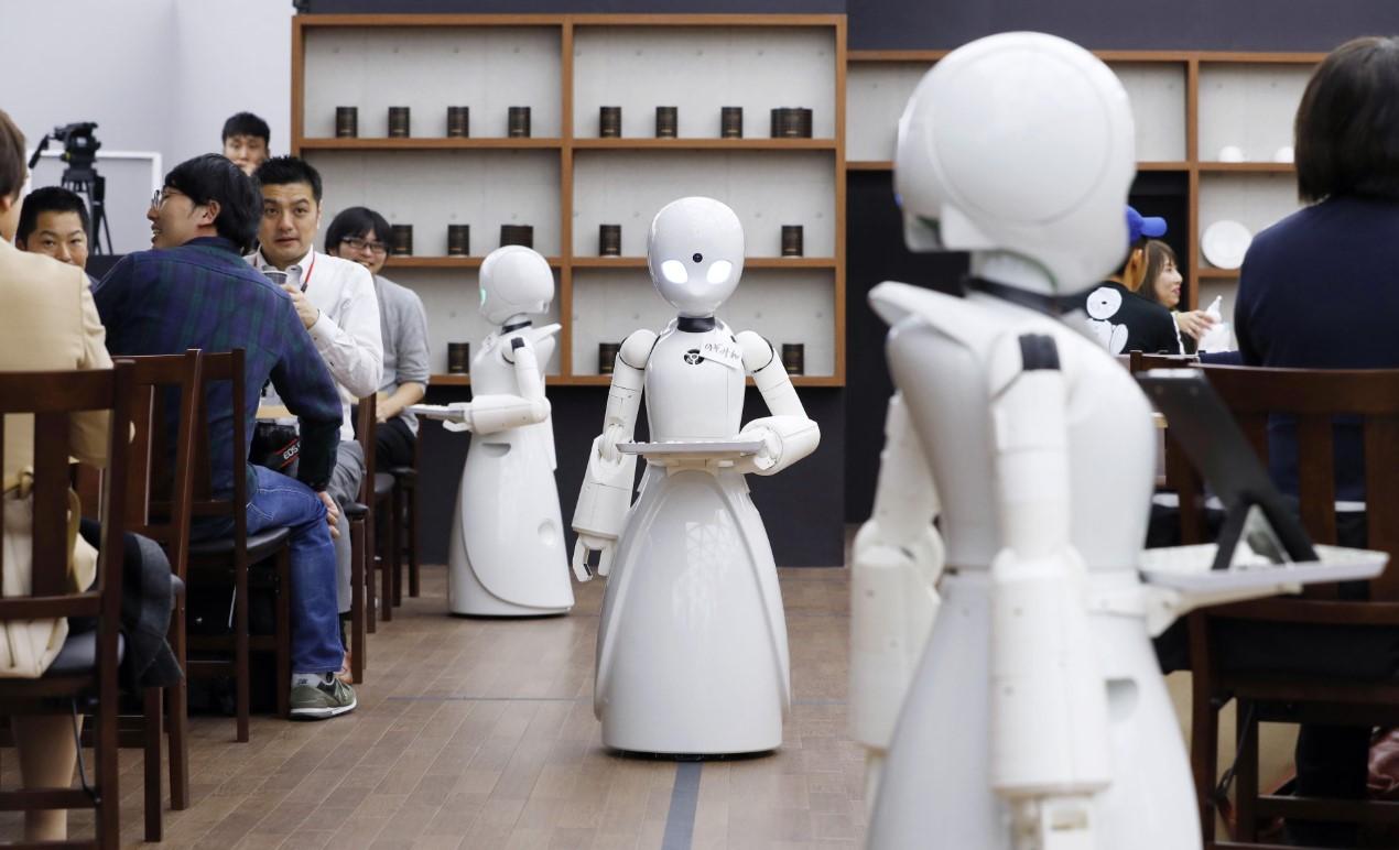 OriHime-D, un robot camarero que es manejado a distancia