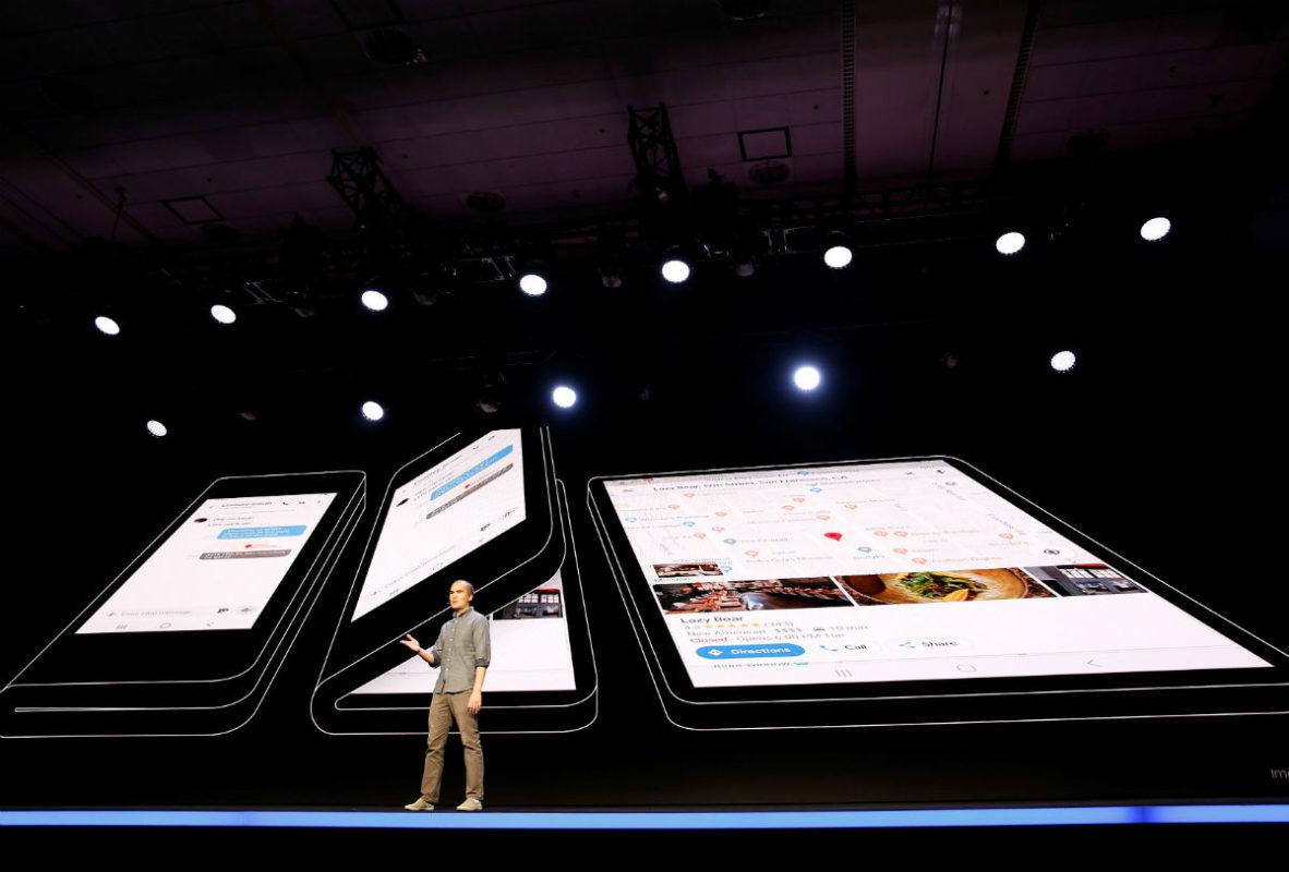 """Samsung presenta una pantalla plegable que incorporará a """"smartphones"""" en 2019"""