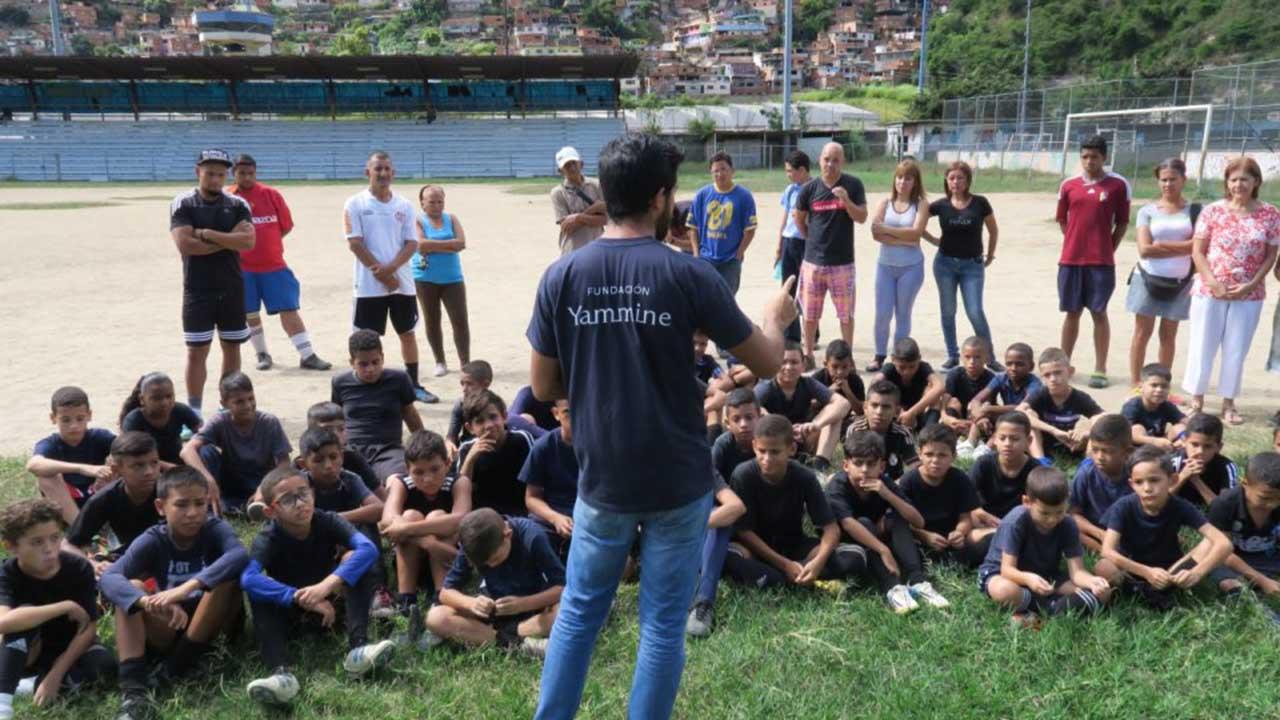 """La escuela de fútbol """"Tico Pérez"""" recibió balones de fútbol y tapas de entrenamiento"""