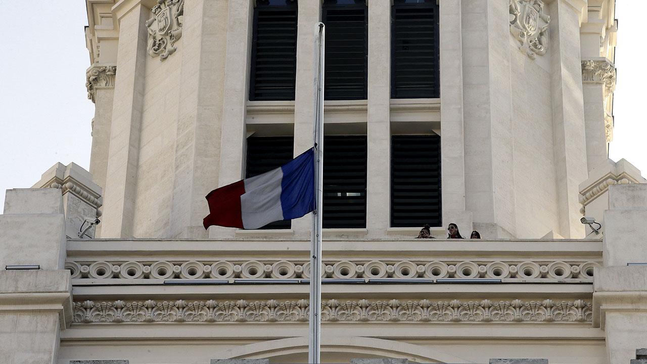 """El primer ministro francés aseguró que la medida responde a los disturbios asegurando que """"ningún impuesto mere poner en peligro la unión del país"""""""