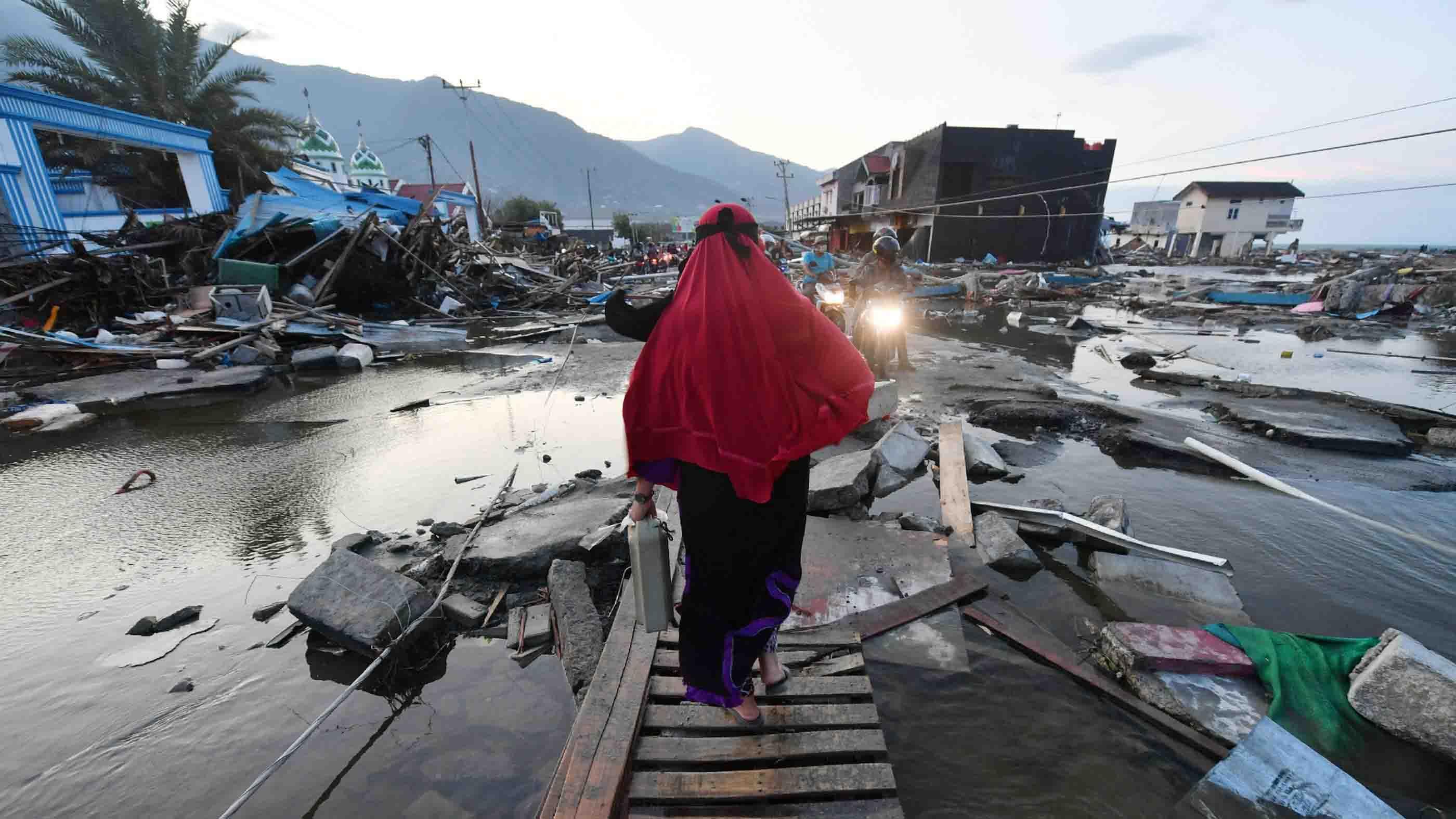 Fuentes oficiales reseñan que el maremoto fue producto de undesprendimiento de tierra bajo el agua causado por la erupción del volcán Anak Krakatoa