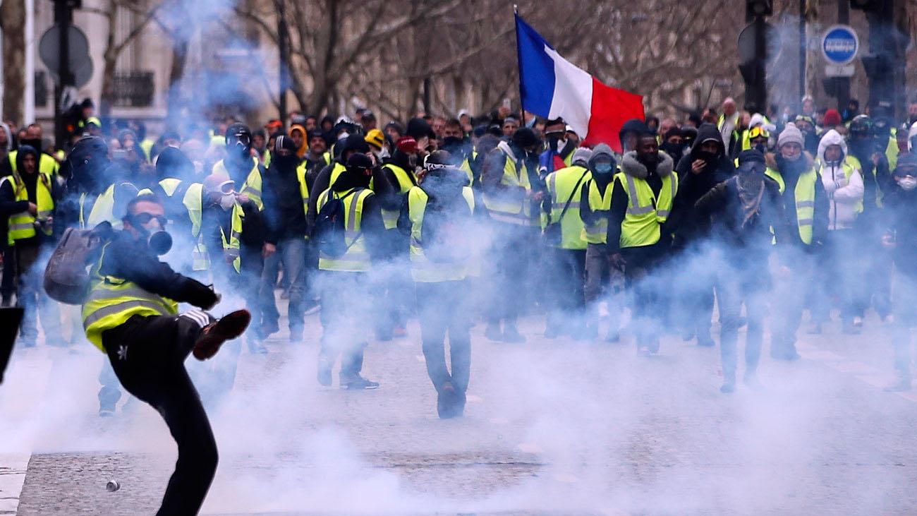 Simpatizantes del movimiento se enfrentaron este sábado con funcionarios de la ciudad francesa, donde han detenido a varias personas