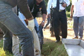 Los cadáveres presentan múltiples impactos de bala.Dos de los hombres eran de tez morena y contextura gruesa; el otro delgado y blanco