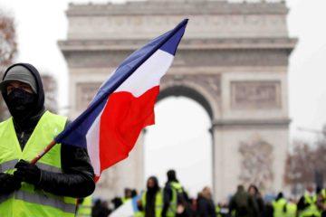 """La Policía gala llamó a los comercios parisinos a mantenerse """"vigilantes"""" en una jornada clave en víspera de la Navidad"""