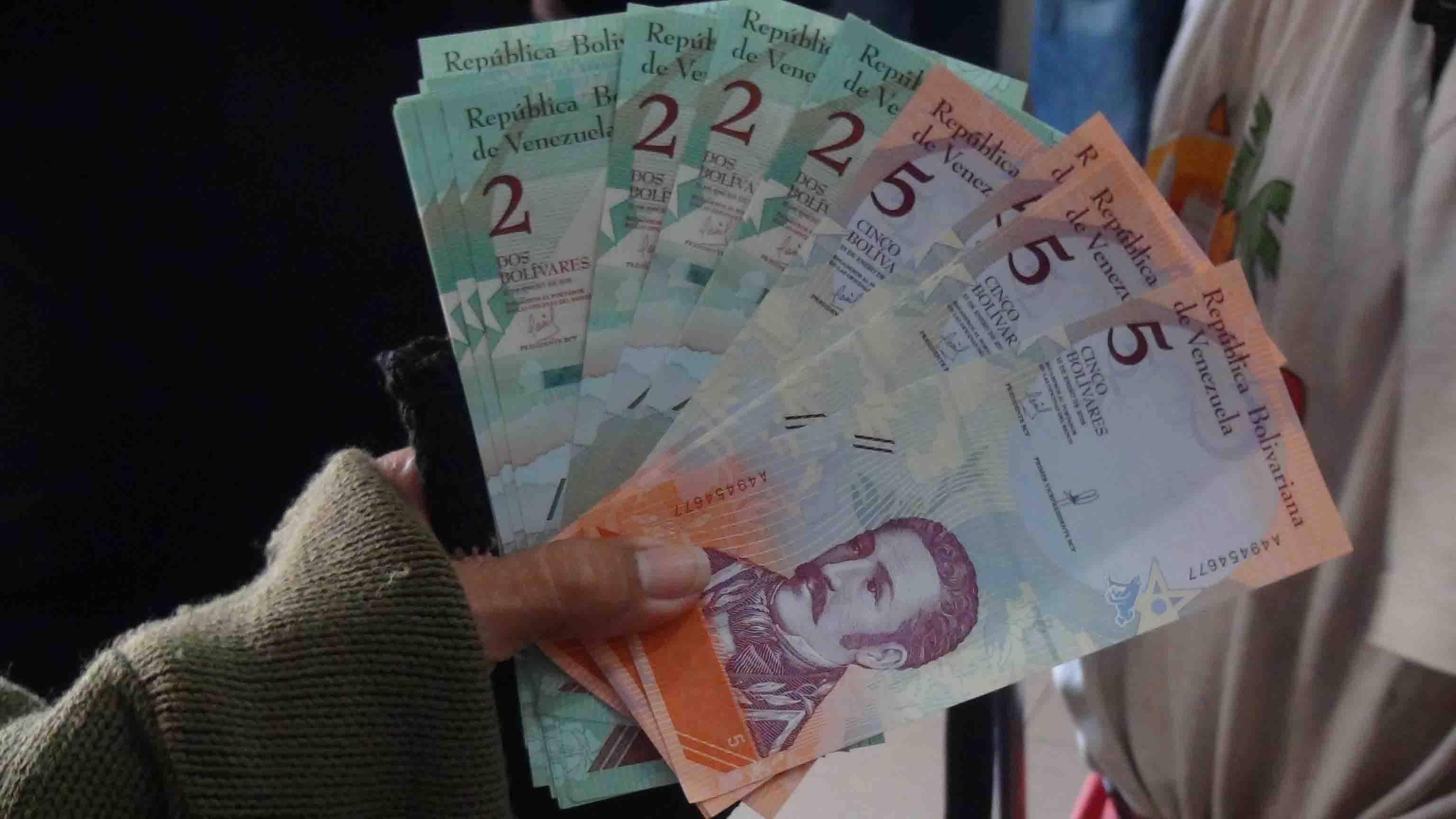 Según la más reciente tasa oficial de cambio que se ubicó en 447,62 bolívares por dólar tras la última subasta del Dicom, el sueldo se devaluó