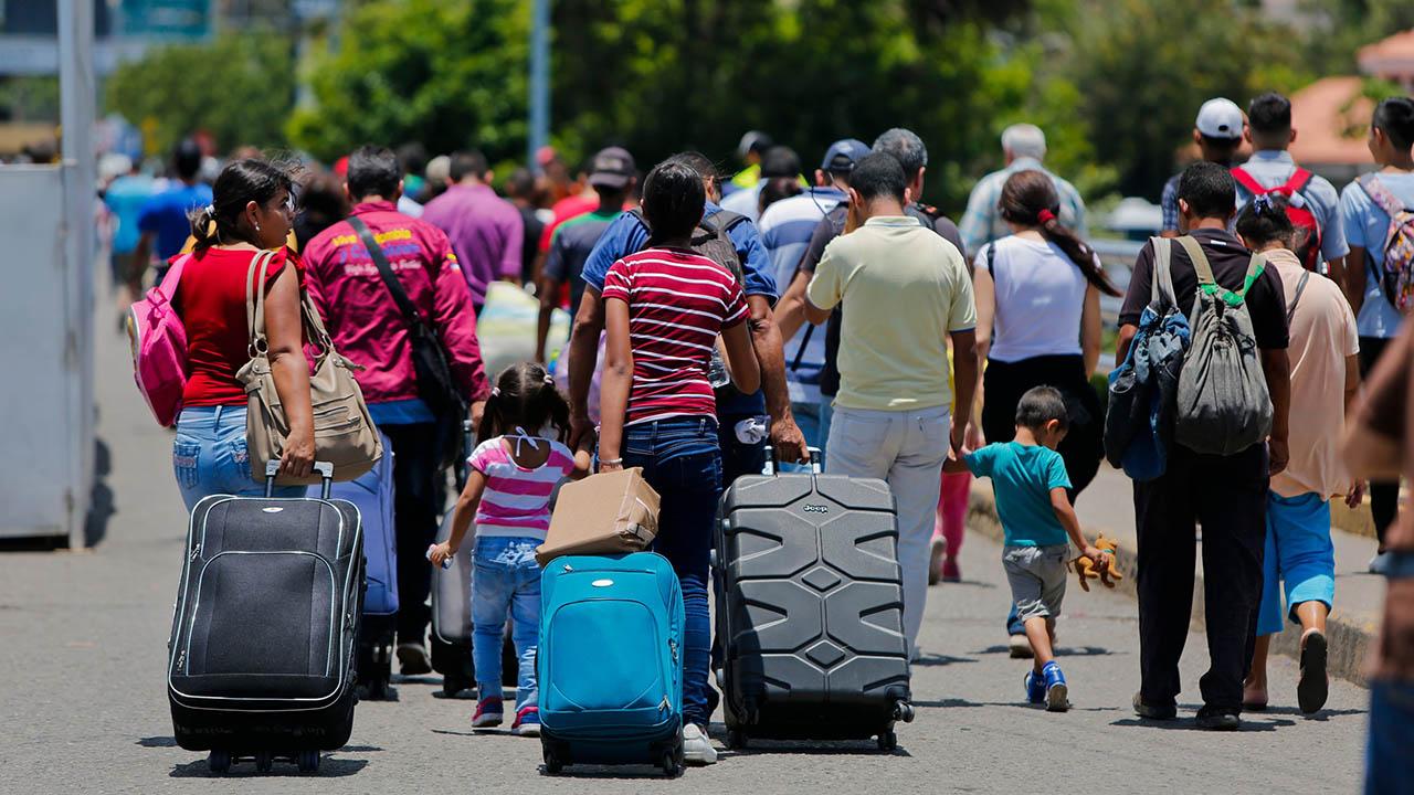 Los países de América Latina y el Caribe acogen a 2,4 millones de refugiados y migrantes venezolanos, de acuerdo a las agencias de la ONU