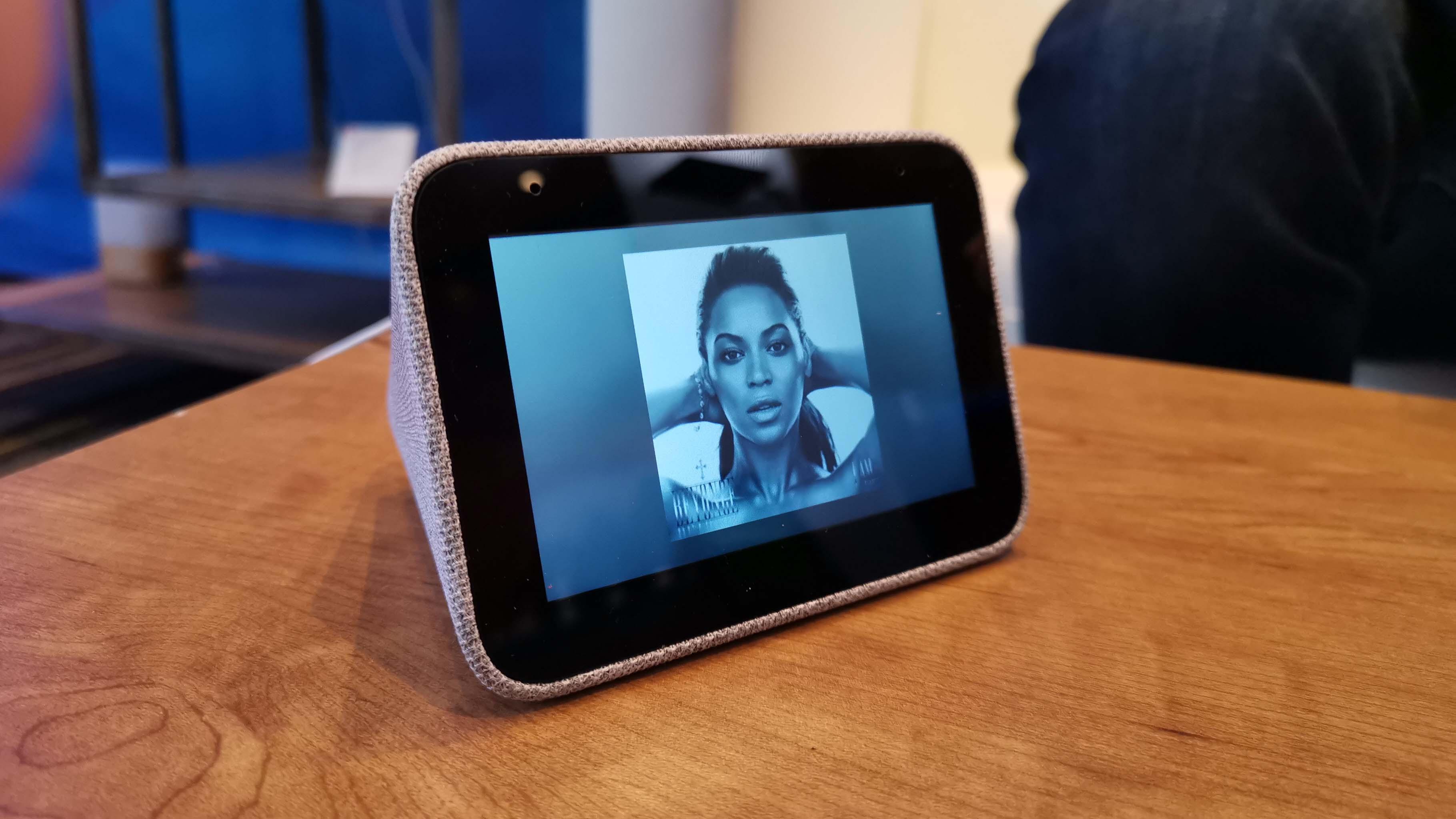 Dentro de su portafolio se encuentra el reloj inteligente Lenovo Smart Clock con Google Assistant y los convertibles Lenovo Smart Tabs
