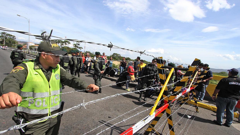 """Según el Ministerio de Asuntos Exteriores colombiano, han salido """"más de 8.000 por los pasos fronterizos habilitados en el Norte de Santander"""""""
