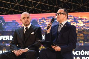 Femín Mármol interviniendo en compañía del asesor parlamentario Luis Izquiel