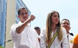 Acompañado por su esposa, Fabiana Rosales, Guaidó insistió en la importancia de mantener en la protesta en las calles