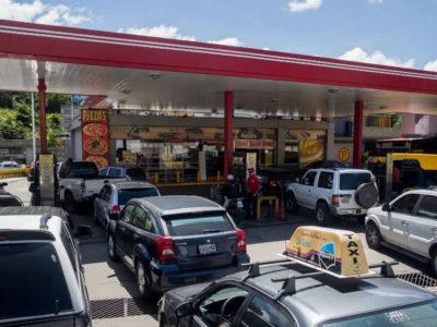 Usuarios reportan largas colas en las gasolineras