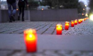 Velas rojas recordaron la liberación en 1945