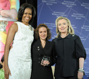 Jineth Bedoya junto a Michelle Obama y Hillary Clinton