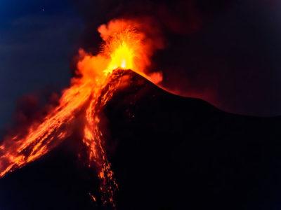 Al menos 15 volcanes registraron actividad la noche del viernes