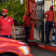 El precio del litro de la gasolina subsidiada aumentó a 0,10 céntimos