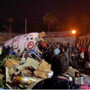 El aeroplano se salió de la pista al aterrizar en el aeropuerto y quedó partido en dos