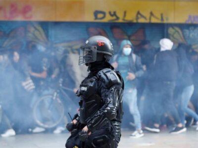 El escuadrón policial arrojó gases lacrimógenos y la multitudinaria protesta se dispersó entre las calles