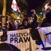 """Los manifestantes llevan cinco días consecutivos con pancartas en mano donde se lee """"El infierno de las mujeres"""" o """"Esto es la guerra"""""""