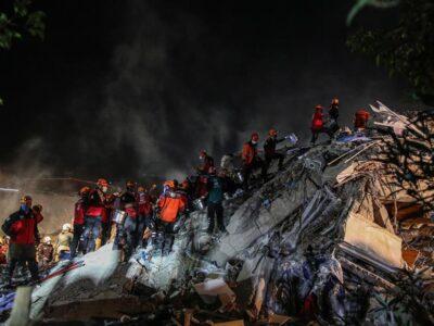 100 personas fueron rescatadas de edificios destruidos por el terremoto en Esmirna