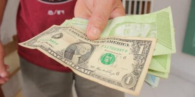 """Economistas califican de """"irrecuperable"""" al bolívar como moneda"""