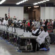 Estados Unidos, en vilo por resultados de unas elecciones reñidas y con alta participación
