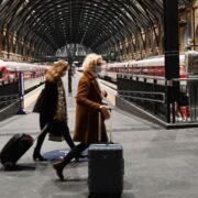 DOBLE LLAVE - 27 países suspenden rutas aéreas con Reino Unido