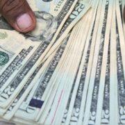 Economista sostiene que las cuentas dolarizadas no resuelven el tema de la pobreza