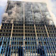 El octavo piso del edificio presenta fuertes llamas que el cuerpo de Bomberos de Distrito Capital intenta apagar