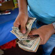 Economista advierte que persistirá el encarecimiento de productos en dólares