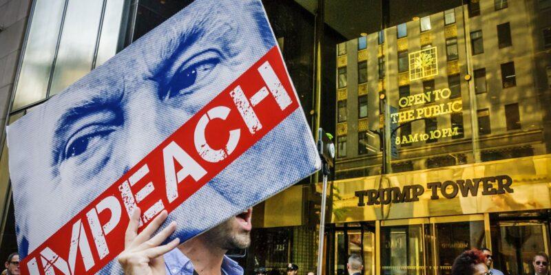 """DOBLE LLAVE - Demócratas podrían aplazar el """"impeachment"""" a Trump"""