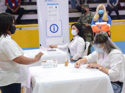 DOBLE LLAVE - Abren los colegios electorales en Ecuador en jornada de comicios generales