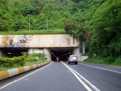 Dos personas fallecieron tras caer gandola al vacío en autopista Caracas-La Guaira