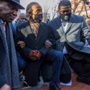 La familia de Floyd se arrodilló frente a corte que juzgará su muerte