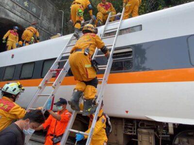 Descarrilamiento de tren dejó múltiples muertos y heridos en Taiwán