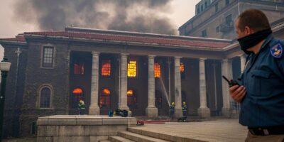 Incendio forestal afectó a la Universidad de Ciudad del Cabo