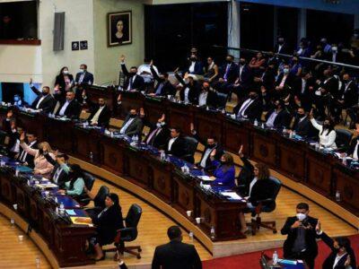 DOBLE LLAVE - Asamblea Legislativa de El Salvador destituye a funcionarios enfrentados a Bukele