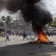 Junta militar birmana suspende a más de 8.000 profesores