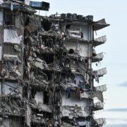 Colapsó un edificio de 12 pisos en Miami