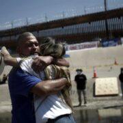 Familias migrantes se abrazan en la frontera con EE.UU. tras décadas sin verse